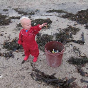 todder-cleaning-rubbish-on-beach-300x300