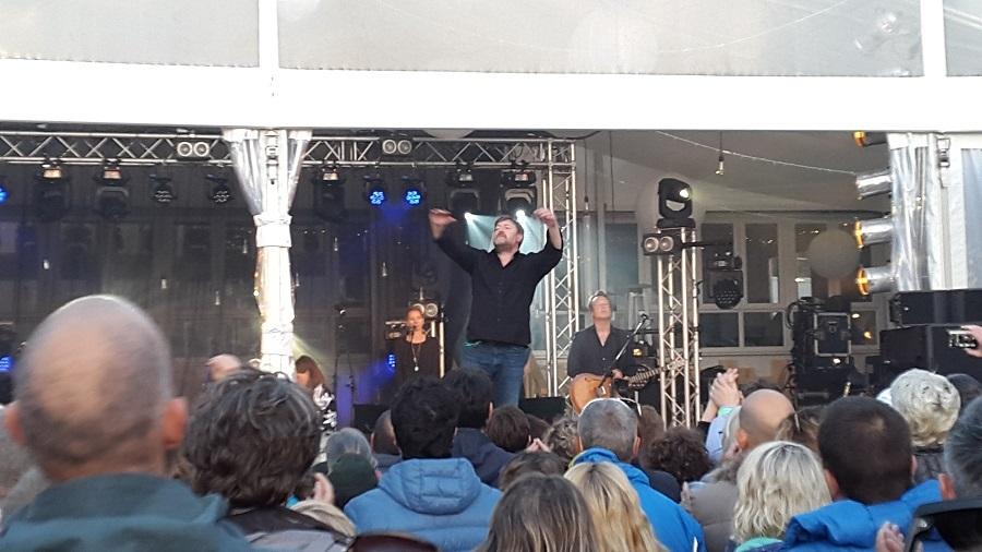Guy Garvey performing at Lusty Glaze Beach, Cornwall